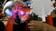 Circuit Bent Casio SK-1 – Plasma ball in/Videoout